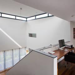 Villa Kijkduin Atrium met daglicht:  Gang en hal door Studio Leon Thier architectuur / interieur