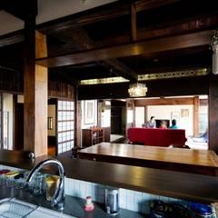 軽井沢古民家移築再生の家: 安藤建築設計工房が手掛けたシステムキッチンです。,クラシック