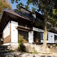 軽井沢古民家移築再生の家: 安藤建築設計工房が手掛けた木造住宅です。