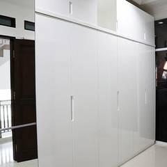 Cuartos de estilo minimalista de The GoodWood Interior Design Minimalista