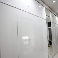 White Minimalist Wardrobe: Ruang Ganti oleh The GoodWood Interior Design,