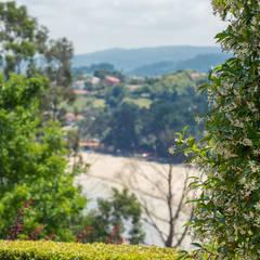 CASA EN PLAYA DE GANDARIO - BERGONDO (A CORUÑA): Jardines de estilo  de MORANDO INMOBILIARIA