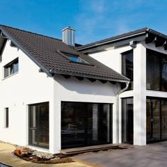 Casas de madera de estilo  por homify, Moderno Madera Acabado en madera