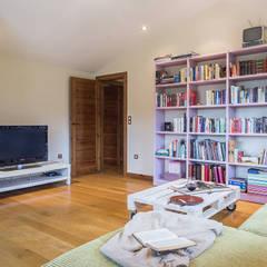 Home Staging en la casa de Lorena en Betanzos, Galicia: Estudios y despachos de estilo  de CCVO Design and Staging