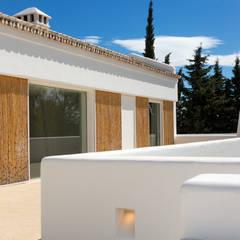 Cortinas de Bambú.: Villas de estilo  de Alejandro Giménez Architects