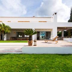 Vistas de la terraza interior y exterior, solárium.: Jardines delanteros de estilo  de Alejandro Giménez Architects