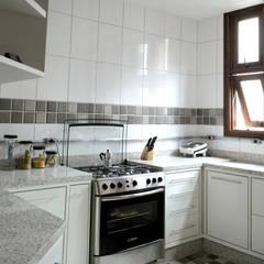 Residência em São Paulo: Cozinhas embutidas  por JMN arquitetura