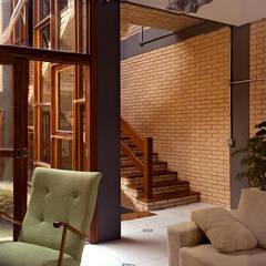 Residência em São Paulo: Salas de estar rústicas por JMN arquitetura