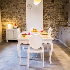 GITE RURAL DANS LES ARDENNES BELGES: Hôtels de style  par Nancy RAEMAKERS - OZ DECO