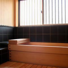 丸亀市の家: エムアイ.アーキテクトが手掛けた浴室です。
