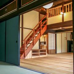 丸亀市の家: エムアイ.アーキテクトが手掛けた廊下 & 玄関です。