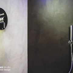 FIRST LOVE VILLA: Bagno in stile  di Rachele Biancalani Studio