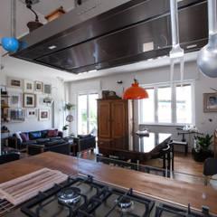 3VM_Ristrutturazione di una casa-atelier d'artista a Como: Cucina in stile in stile Eclettico di Chantal Forzatti architetto