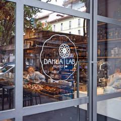 DAHLIA LAB_Progetto architettonico di un nuovo concept bar: Ingresso & Corridoio in stile  di Chantal Forzatti architetto
