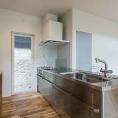 知性を感じる家: 東涌写真事務所が手掛けたキッチンです。,