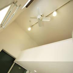 板橋の重層長屋: 有限会社東風意匠計画が手掛けた長屋です。