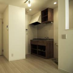 ミニキッチン 集合住宅 ワンルーム: 有限会社東風意匠計画が手掛けた長屋です。
