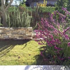 石積とハーブの庭: 有限会社東風意匠計画が手掛けたロックガーデンです。