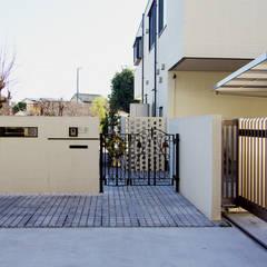 門回りのデザイン: 有限会社東風意匠計画が手掛けた一戸建て住宅です。