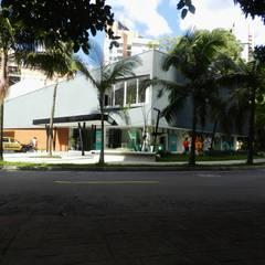 Casa Teatro Poblado: Salas multimedia de estilo moderno por ARQUITECTOS URBANISTAS A+U