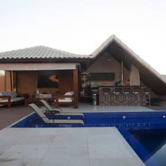 Casa Búzios: Piscinas de jardim  por MORSCH WILKINSON arquitetura