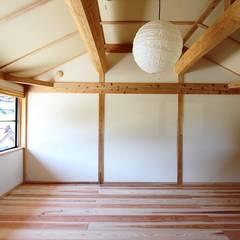 2階板の間: 安藤建築設計工房が手掛けた子供部屋です。