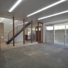 スタジオスペース: 株式会社クレールアーキラボが手掛けた廊下 & 玄関です。
