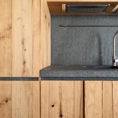 037_CASALE IN CAMPAGNA : Cucina attrezzata in stile  di MIDE architetti