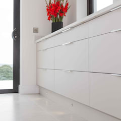 Drawers are the perfect alternative to wall cabinets to store crockery:  Built-in kitchens by ADORNAS KITCHENS
