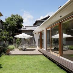 外観-縁側的空間: atelier137 ARCHITECTURAL DESIGN OFFICEが手掛けた木造住宅です。