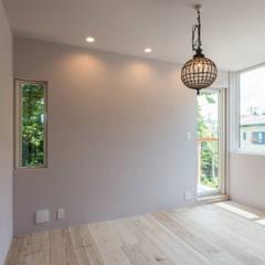 クリエイターたちの家: 東涌写真事務所が手掛けた寝室です。