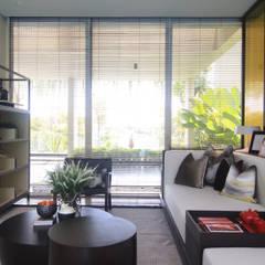 SL RESIDENCE: Ruang Keluarga oleh ALIGN architecture interior & design, Tropis