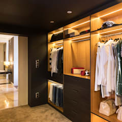 Walk in closet de estilo  por Viva Design - projektowanie wnętrz