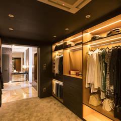 Zdjęcie korytarza do części prywatnej pełniącego funkcję garderoby: styl , w kategorii Garderoba zaprojektowany przez Viva Design - projektowanie wnętrz