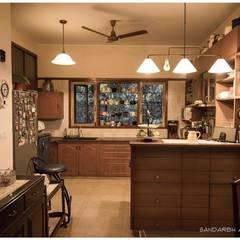 Saravan - The Singh's residence:  Kitchen by Sandarbh Design Studio
