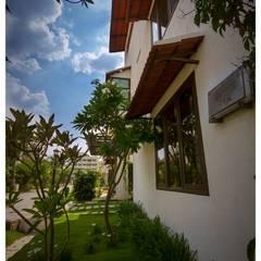 Передний двор в . Автор – Sandarbh Design Studio, Эклектичный