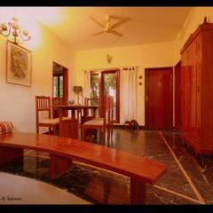 Sharada:  Dining room by Sandarbh Design Studio