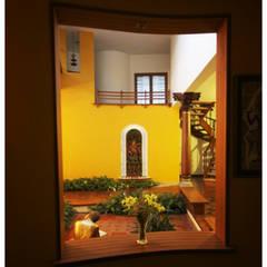 Corredores, halls e escadas ecléticos por Sandarbh Design Studio Eclético
