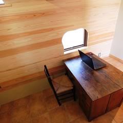 半地下仕事部屋: 安藤建築設計工房が手掛けた書斎です。