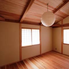 板の間: 安藤建築設計工房が手掛けた子供部屋です。