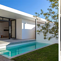 ALTERATION SEA POINT, CAPE TOWN:  Houses by Grobler Architects, Minimalist