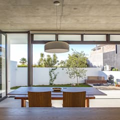 ALTERATION SEA POINT, CAPE TOWN:  Kitchen by Grobler Architects