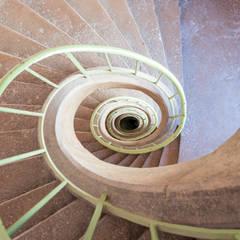 Escalier: Couloir et hall d'entrée de style  par Atelier MADI