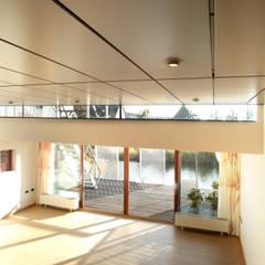 Steel Study House I: moderne Woonkamer door Archipelontwerpers