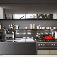 NEW HOUSE GARDENS, CAPE TOWN:  Kitchen by Grobler Architects, Minimalist