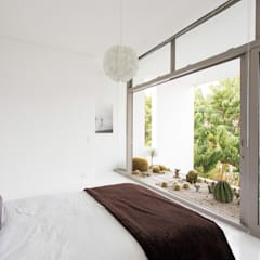 NEW HOUSE GARDENS, CAPE TOWN:  Bedroom by Grobler Architects,