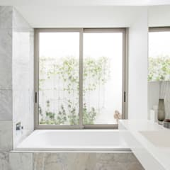 NEW HOUSE GARDENS, CAPE TOWN:  Bathroom by Grobler Architects