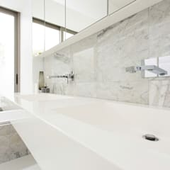 NEW HOUSE GARDENS, CAPE TOWN:  Bathroom by Grobler Architects, Minimalist Marble