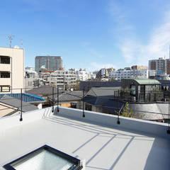 恵比寿の自邸+アトリエ: 腰越耕太建築設計事務所が手掛けた平屋根です。