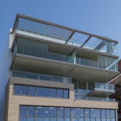 Casas multifamiliares de estilo  por Archipelontwerpers